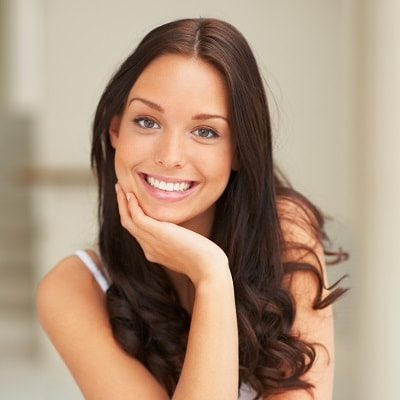A young woman with a beautiful white smile thanks to teeth whitening